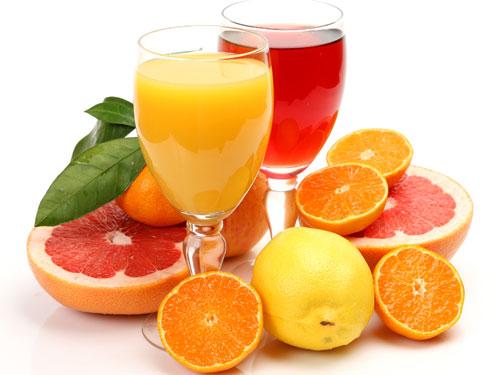 Uống nước ép trái cây giúp trị táo bón nhanh chóng cho trẻ sơ sinh