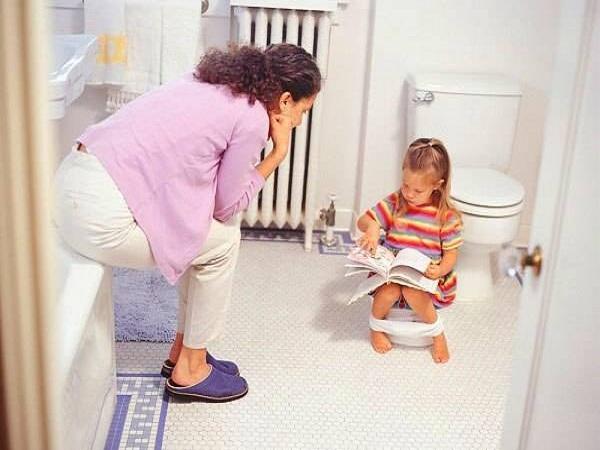 Cho trẻ đi vệ sinh với bô
