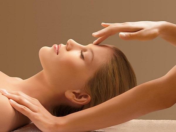 Chăm sóc da sau sinh bằng cách massage da mặt