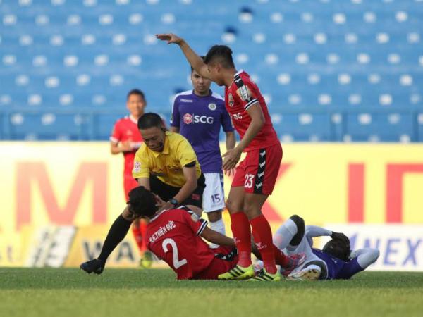 Cầu thủ Bình Dương chấn thương nặng được trọng tài cấp cứu trên sân